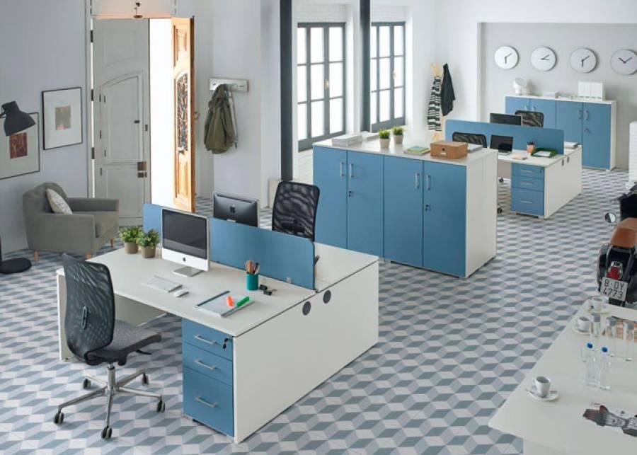 <p>Ambiente de despacho equipado con la serie OF-BASIC, orientado al equipamiento de oficinas de est&eacute;tica contempor&aacute;nea, que presenta una amplia gama de formatos en mesas y auxiliares, as&iacute; como de elementos divisorios, para hacer de tu espacio de trabajo, un entorno funcional y atractivo, en los que los conceptos de ergonom&iacute;a y comodidad estar&aacute;n siempre presentes.</p> <p>La presente escena ha sido amueblada con 2 mesas de doble puesto con accesorio de divisoria central, 4 m&oacute;dulos de soporte con 2 cajones + 1 archivador, 6 armarios modulares con puertas enteras y la siller&iacute;a correspondiente.</p> <p>La mesa doble puesto incorpora de forma estructural un sistema de canal para facilitar el cableado, se accede mediante 2 tapetas longitudinales practicables.<br />En los extremos de la canal se incluyen pasacables para el paso del cableado en sentido vertical y horizontal.</p>