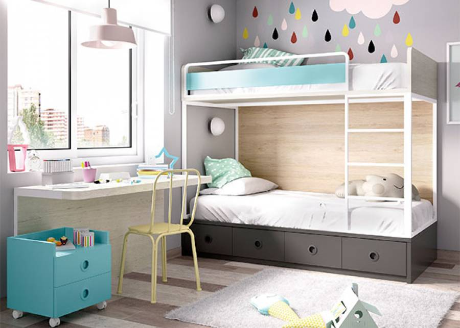 <p>Dormitorio infantil equipado con litera de dos camas con base de cuatro cajones. En una pared de la habitaci&oacute;n se ha colocado una mesa suspendida, con trasera inferior sujeta a pared. La acompa&ntilde;a un m&oacute;dulo con ruedas de 2 cajones y respaldo antica&iacute;da.&nbsp;</p> <p>&nbsp;</p>