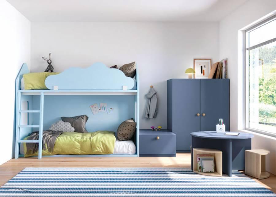 Dormitorio infantil con litera Casita y un pequeño armario Complet. La mesa infantil Toy junto a los taburetes a juego crean una zona donde los peque&nti