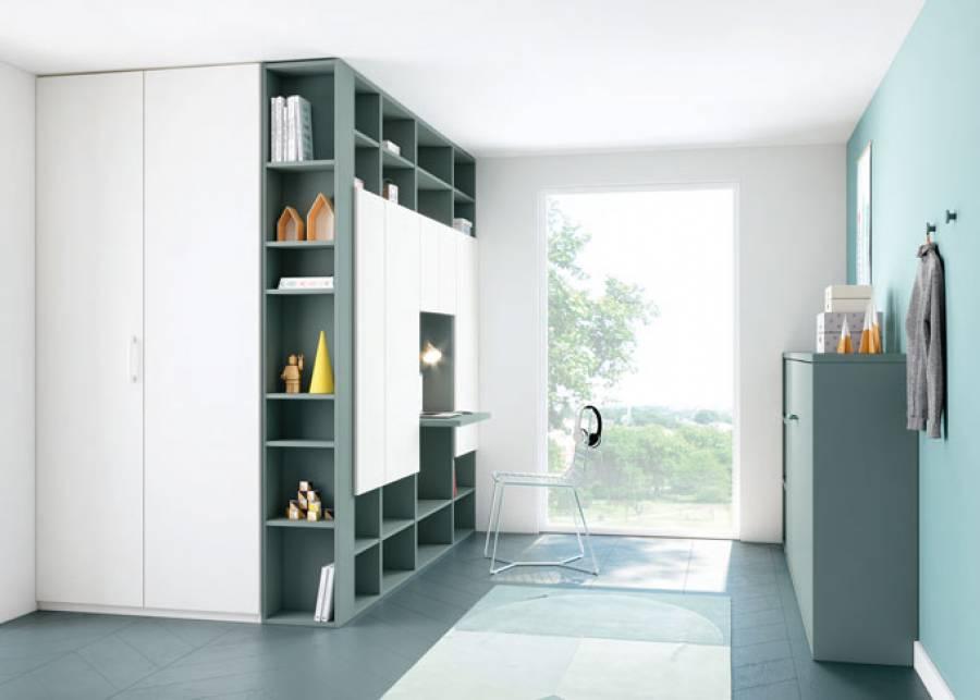 <p>Dormitorio con una gran estanter&iacute;a Troya, en la que se incluye un pr&aacute;ctico escritorio, y una cama abatible horizontal de 90 x 190.<br />Elementos perfectos para tener un espacio siempre en orden.</p>