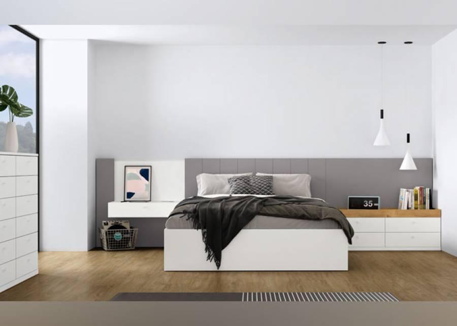 Habitación principal con cama de matrimonio, cuyo cabezal destaca por sus paneles verticales combinados, una mesilla suspendida y un sobre bandeja. Para