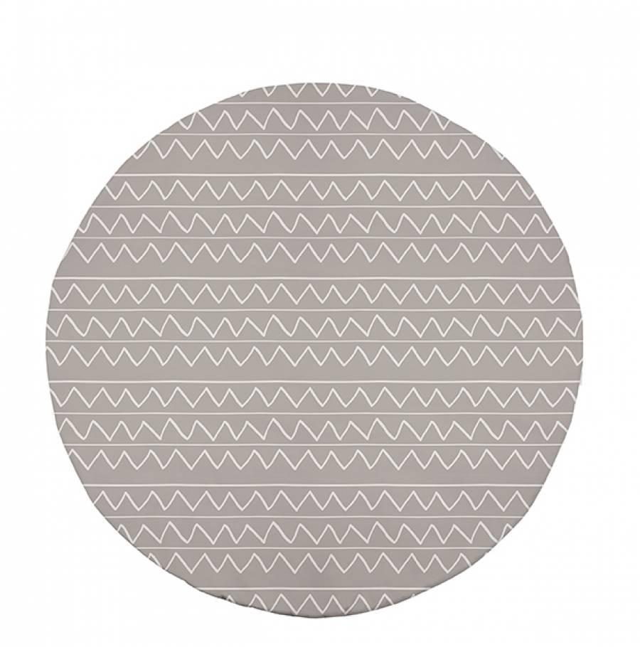 <p>Las alfombras siempre son un gran cl&aacute;sico en la <strong>decoraci&oacute;n de un ambiente</strong>. Con esta <strong>alfombra redonda</strong>, le dar&aacute;s al <strong>dormitorio de tus hijos</strong> un plus de confort y elegancia.&nbsp;</p>