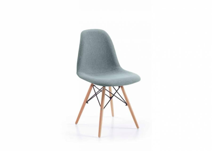 Elegante silla para comedor o zona de estudio de estilo nórdico, con estructura y asiento tapizados en tela color Piedra lisa por delante y con relieve p