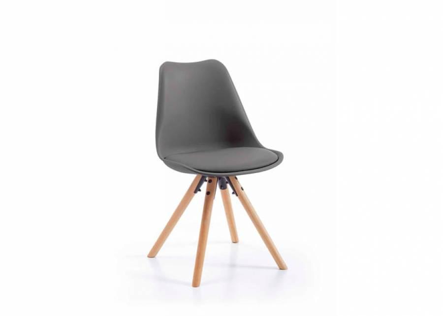 Una silla de comedor o estudio de estilo nórdico, con un respaldo con forma ligeramente curvada para mayor confort, además de tener el asiento aco