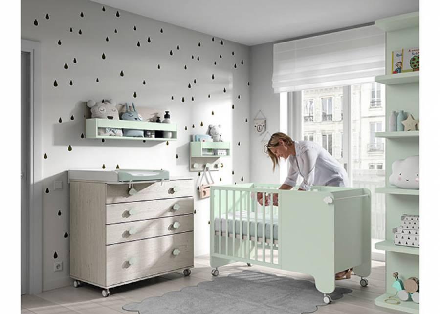 Dormitorio para bebé, equipado con una cuna para colchón de 120 x 60 con ruedas y barandillas fijas. El ambiente cuenta además con un armar