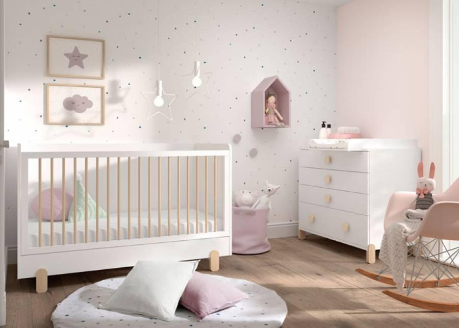 Habitación para bebés, con cunita 140x70, con patas de haya y barandilla de barrotes abatible. El somier admite 3 posiciones, además ofrece