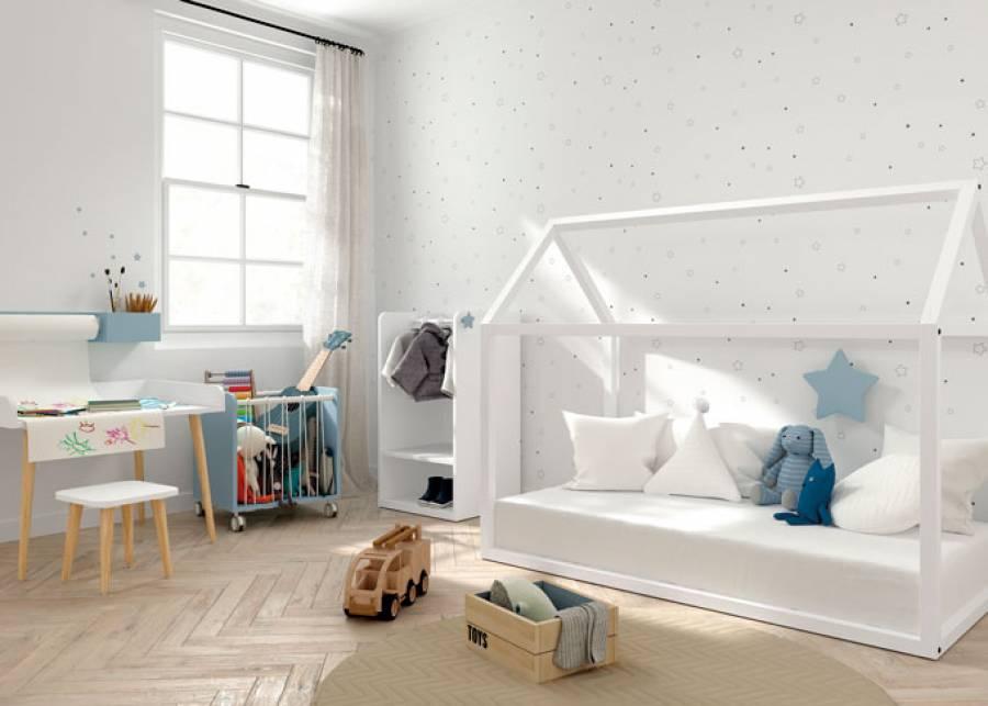 Dormitorio infantil con cama en forma de casita, con estructura base de madera natural lacada en blanco