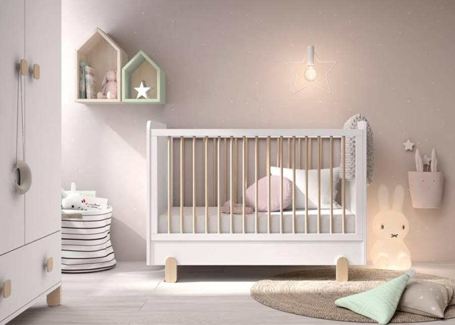 <p>Dormitorio para bebes equipado con una cunita de colch&oacute;n de 120 x 60, con costados ciegos, patas de haya de inspiraci&oacute;n n&oacute;rdica y barandillas de barrotes. Una de las barandillas es fija y la otra es m&oacute;vil, y adem&aacute;s el somier se puede posicionar en 3 alturas diferentes.</p>