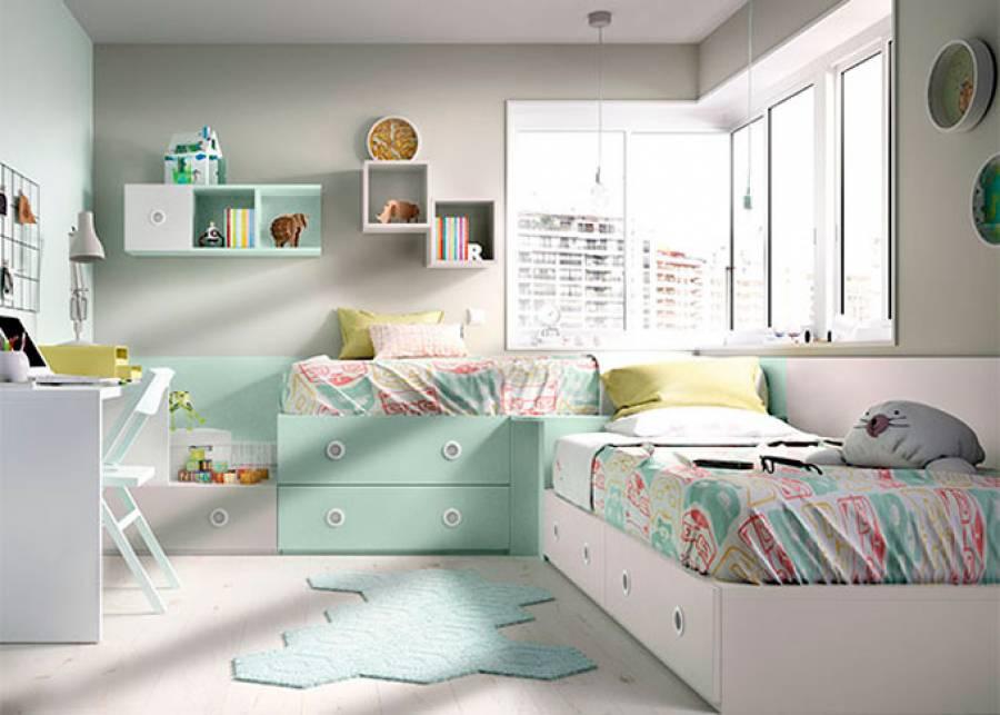 Habitación infantil modular con dos camas en L con módulo rincón. La escena se completa con una zona de estudio, compuesta por un escritor