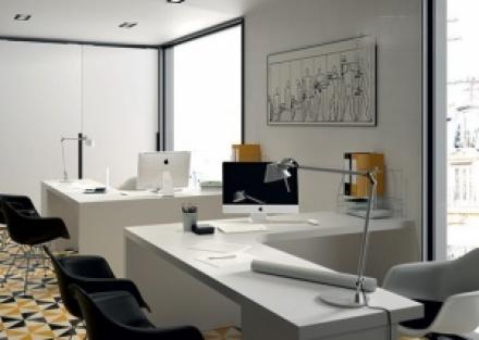 Despacho multi-office con 2 puestos de trabajo equipado con mesas rectas con un archivador