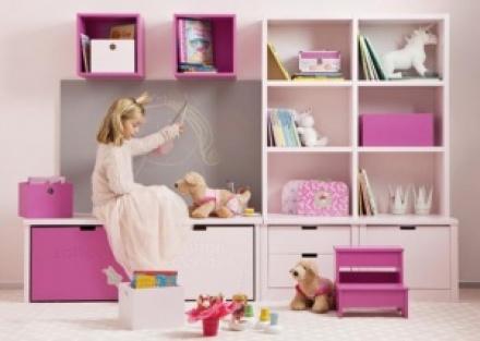 Habitación infantil con litera romántica con listones horizontales y nido