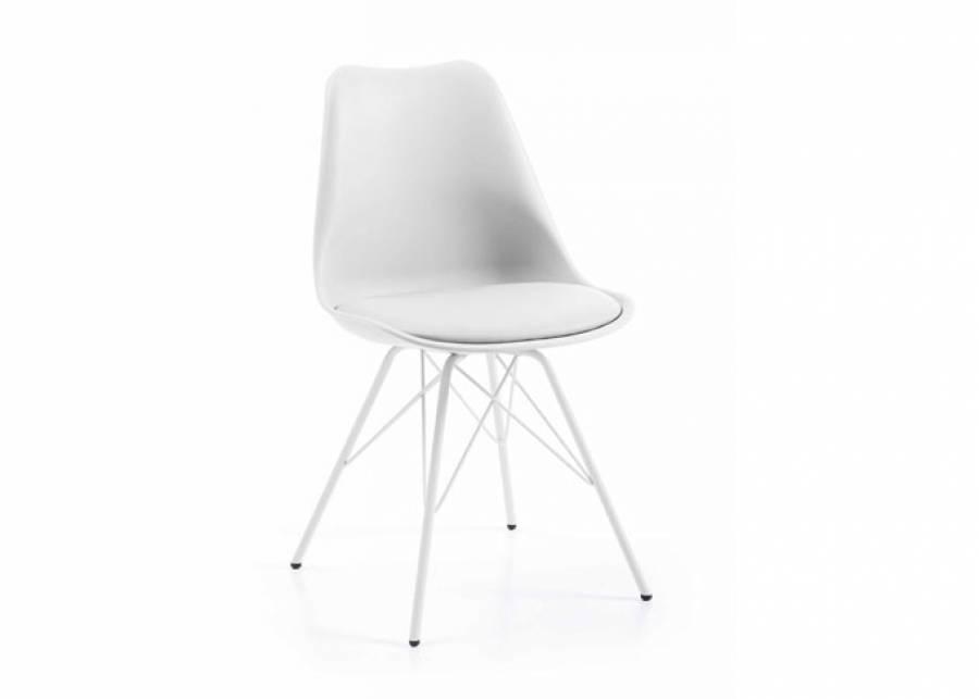 Confortable silla de inspiración nórdica fabricada en polipropileno combinado con piel sintética. Moderna y elegante, ¡la opció