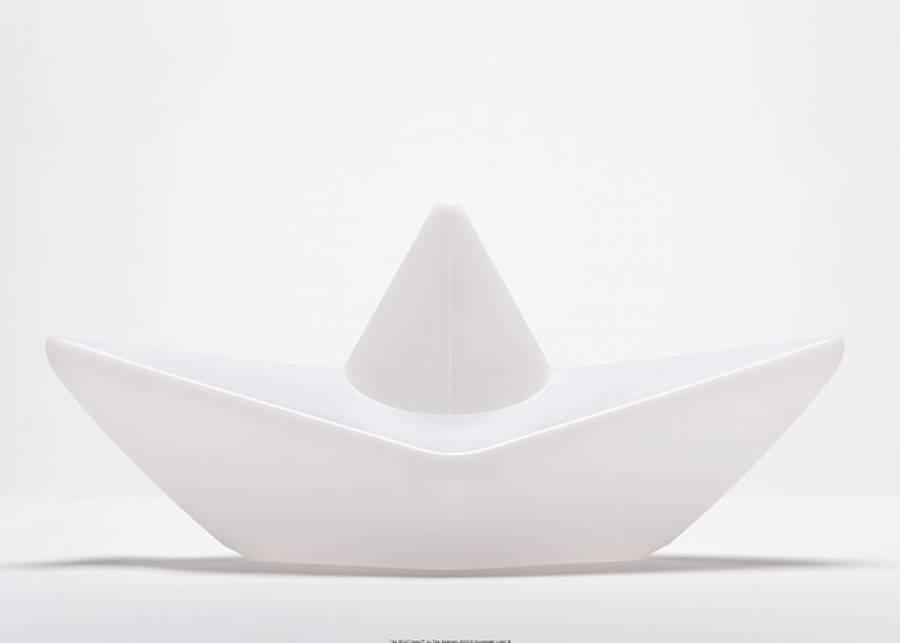 """<h2 style=""""text-align: justify;"""">Surcar los mares con tu l&aacute;mpara barco</h2> <p style=""""text-align: justify;"""">En la ba&ntilde;era o en la piscina tus hijos disfrutar&aacute;n de esta original <strong>l&aacute;mpara</strong> flotante con forma de <strong>barco</strong> en color blanco que se ilumina con luz <strong>multicolor</strong>. Adem&aacute;s, es <strong>resistente</strong> al agua, a los rayos UV y est&aacute; hecha de materiales reciclables.&nbsp;</p>"""