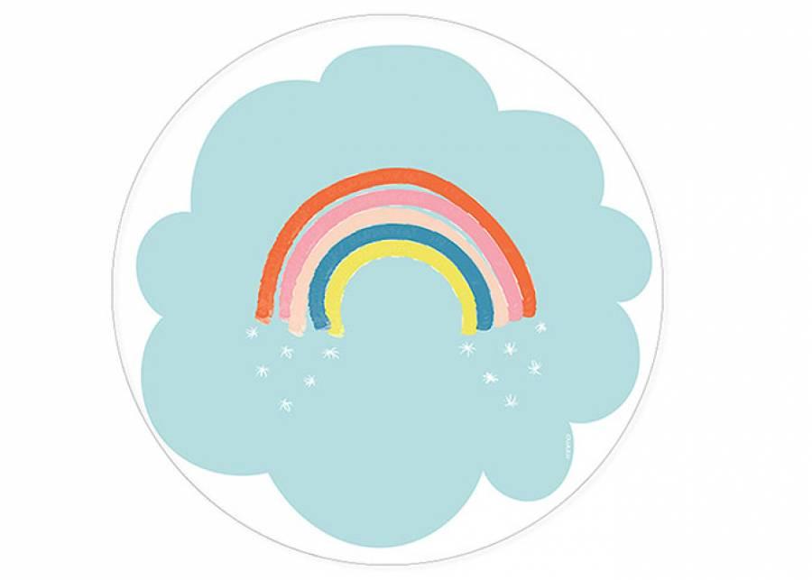 """<h2>&iexcl;Sali&oacute; el arco&iacute;ris!</h2> <p style=""""text-align: justify;"""">La alfombra RAINBOW, para<strong> habitaciones infantiles</strong>, es una divertida alfombra vin&iacute;lica con las mejores prestaciones de <strong>durabilidad, resistencia y limpieza, </strong>que se ha dise&ntilde;ado en formato <strong>circular</strong> con imagen de <strong>nube</strong> color azul sobre la que se estampa el<strong> arco&iacute;ris.&nbsp;</strong></p>"""