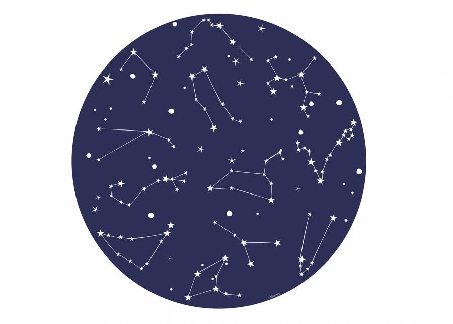 """<h2 style=""""text-align: justify;"""">Cielo azul</h2> <p style=""""text-align: justify;"""">Con la alfombra CONSTELLATION BLUE puedes crear un agradable <strong>rinc&oacute;n de juegos</strong> en la habitaci&oacute;n de tus hijos, donde tumbarse a descubrir <strong>constelaciones</strong> sobre esta alfombra de azul intenso. La <strong>flexibilidad y versatilidad</strong> del vinilo te proporciona una superficie de juego <strong>antial&eacute;rgia y de f&aacute;cil limpieza</strong> para todo lo que se te ocurra.&nbsp;</p>"""
