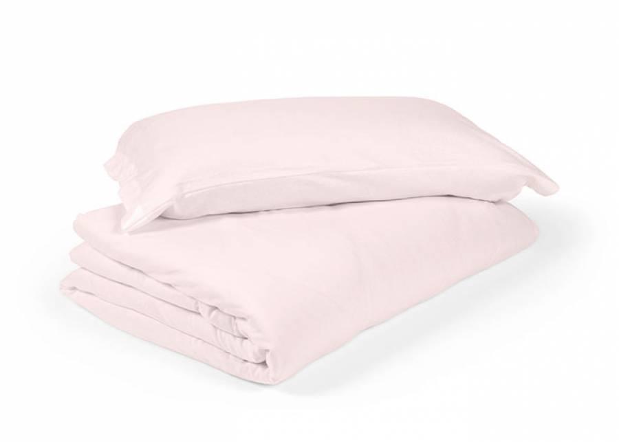 <p>A la hora de preparar el dormitorio de tu beb&eacute;, seguramente te preguntar&aacute;s cual es la manera m&aacute;s conveniente para vestir su cunita. Ante todo, es importante que los tejidos sean , muy suaves al tacto, porque la piel de un beb&eacute; es muy sensible y delicada.</p> <p>En elmenut.com, hemos seleccionado una serie de <strong>fundas n&oacute;rdicas especiales para dormitorios de beb&eacute;s</strong>, fabricadas en algod&oacute;n 100% con tejidos muy suaves y agradables al tacto, termoregulables, completamente hipoalerg&eacute;nicos y transpirables, xke de ese modo, tendr&aacute;s la ventaja de poderla utilizar durante el invierno con un relleno adecuado y durante el verano como sabana-colcha.</p>