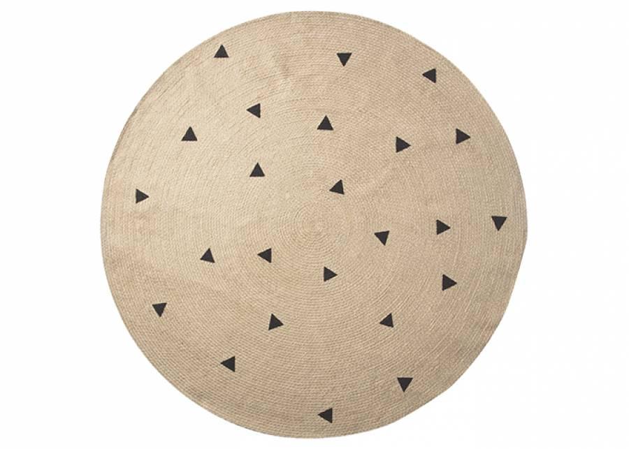 """<h2>&iexcl;De irrisistible yute!</h2> <p style=""""text-align: justify;"""">Tejida en <strong>yute natural</strong>, esta alfombra con <strong>estampados de triangulo</strong> quedar&aacute; genail en el centro de tu dormitorio infantil como<strong> tapete de juego</strong>, o debajo del sof&aacute; de tu sal&oacute;n. Su <strong>material duradero y sostenible</strong> te encantar&aacute;.&nbsp;</p>"""